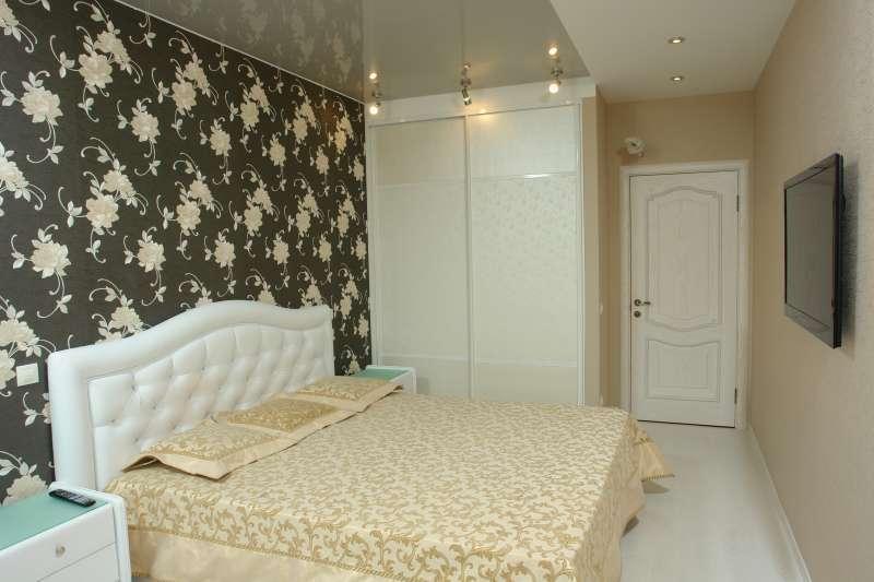 Спальня с неброским цветочным орнаментом