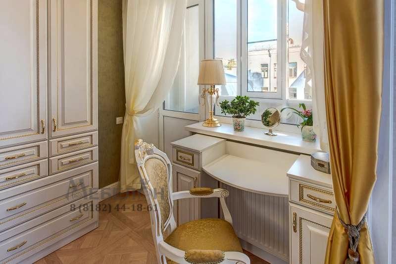Гардеробная в спальне в классическом стиле